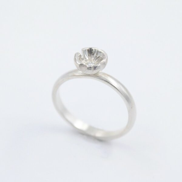 Bague fine et délicate avec diamant en argent Fabrication artisanale dans le vieux lyon