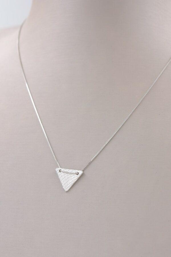 Petit collier pendentif triangle en argent Fabrication artisanale dans le vieux lyon