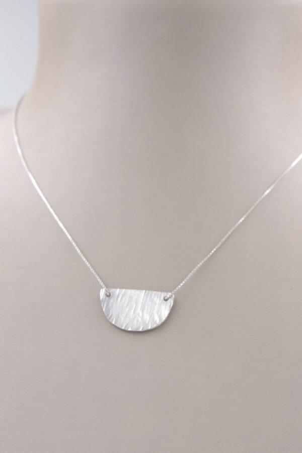 Petit collier pendentif demi cercle en argent Fabrication artisanale dans le vieux lyon