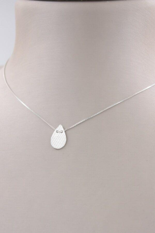 Petit collier pendentif goutte en argent Fabrication artisanale dans le vieux lyon