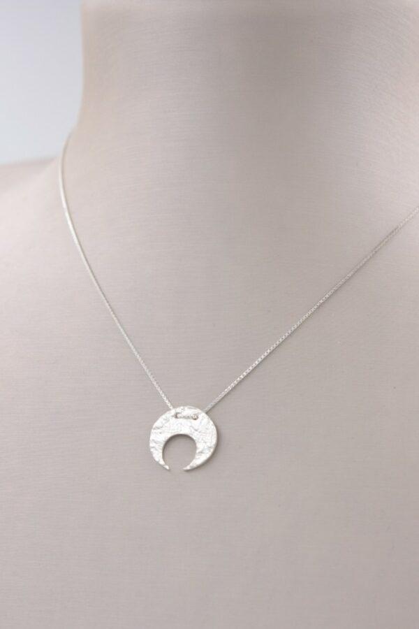 Petit collier pendentif Lune en argent Fabrication artisanale dans le vieux lyon