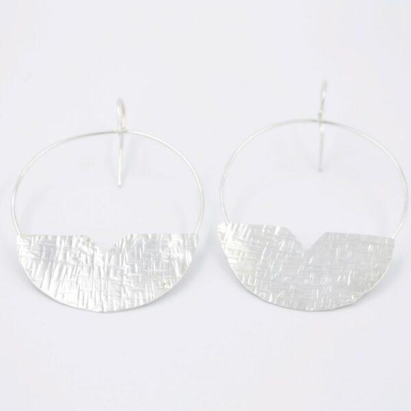Boucles d'oreilles pendantes demi cercle imprimés en argent Fabrication artisanale dans le vieux lyon