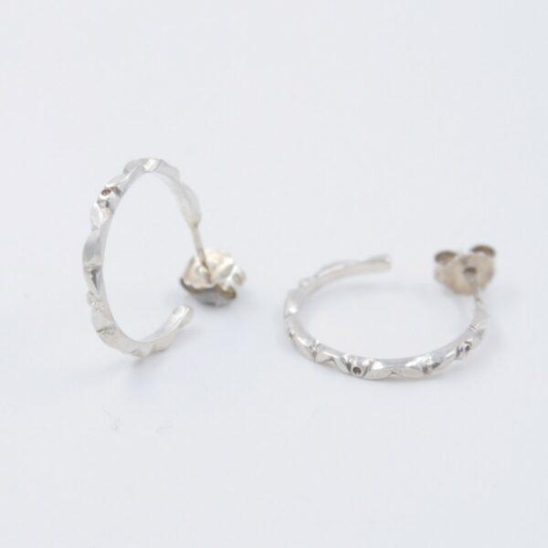 Boucles d'oreilles créole moderne détaillées de motif Fabrication artisanale dans le vieux lyon